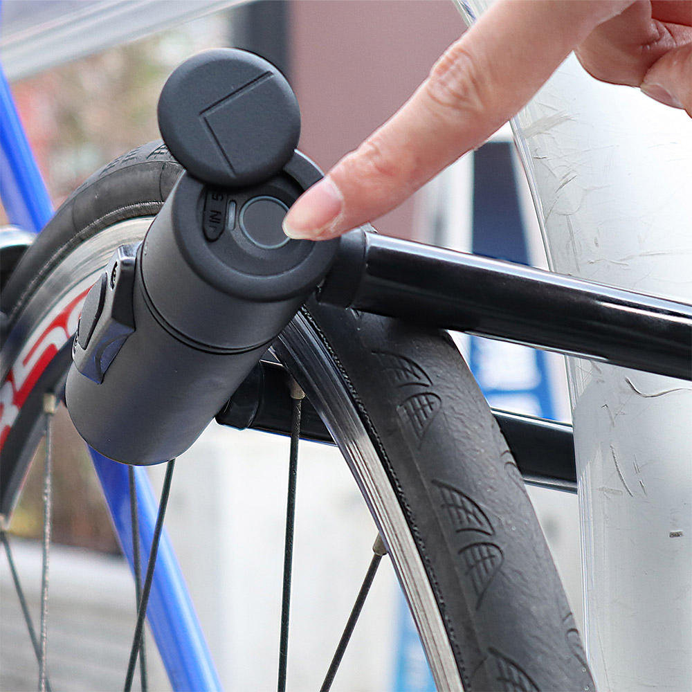 指紋で自転車の鍵を開ける人