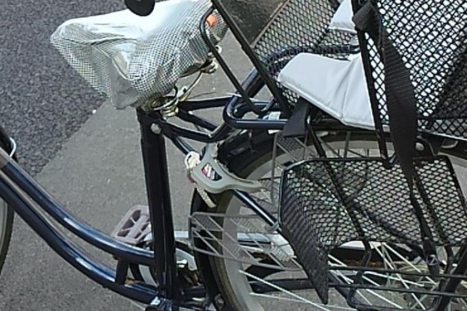自転車の後輪フレームに取り付けられたサークル錠