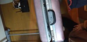 鍵が開いたスーツケース