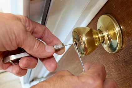 玄関の玉座錠のピッキング作業