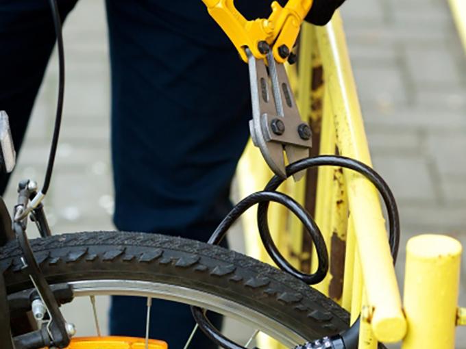 チェーンカッターでワイヤーロックを切断される自転車