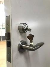 鍵が刺さったドア
