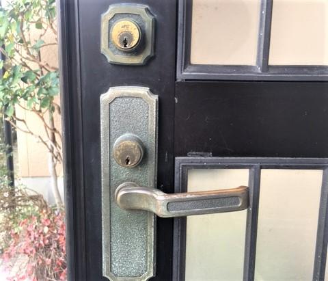 古い玄関ドアの鍵は交換した方がいい?メリットや防犯性について解説!